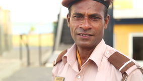GALLE, SRI LANKA - MÄRZ 2014: Porträt eines lokalen Schutzes auf der Straße in Galle Galle ist das Verwaltungskapital südlichen P stock video