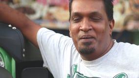 GALLE, SRI LANKA - MÄRZ 2014: Porträt eines lokalen tuktuk Fahrers auf der Straße in Galle Tuktuk-Treiberaufschlag als Taxis für  stock footage