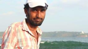 GALLE, SRI LANKA - MÄRZ 2014: Schließen Sie herauf Ansicht eines lokalen Fischers auf einem Strand in Galle Galle ist die Verwalt stock video footage