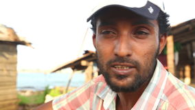 GALLE, SRI LANKA - MÄRZ 2014: Schließen Sie herauf Ansicht eines lokalen Fischers auf einem Strand in Galle Galle ist die Verwalt stock video