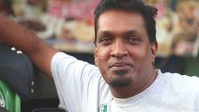 GALLE, SRI LANKA - MÄRZ 2014: Schließen Sie herauf Ansicht eines lokalen tuktuk Fahrers auf der Straße in Galle Tuktuk-Treiberauf stock video