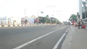 GALLE, SRI LANKA - 7. MÄRZ 2014: Timelapse von Fußgängern und von Fahrzeugen auf beschäftigter Galle-Straße stock video