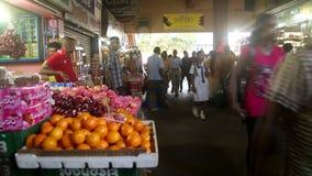 GALLE, SRI LANKA - 7. MÄRZ 2014: Timelapse von Leuten im lokalen Gemischtwarenladen Lokale Leute in Sri Lanka sind zum touri sehr stock footage