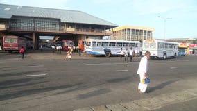 GALLE, SRI LANKA - 7. MÄRZ 2014: Timelapse von Leuten und von Bussen vor zentralem Busbahnhof Busse sind die Hauptdurchschnitte v stock video