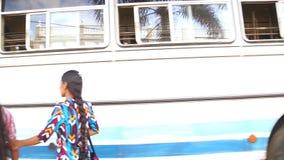 GALLE, SRI LANKA - MÄRZ 2014: Zwei Frauen am Busbahnhof in Galle Galle ist die Verwaltungshauptstadt der südlichen Provinz, Sr stock video footage