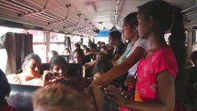 GALLE, SRI LANKA - MAART 2014: Binnenlandse mening van overvol in een bus van Galle aan Hikkaduwa De bussen zijn de belangrijkste stock videobeelden