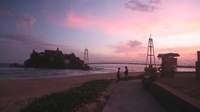 GALLE, SRI LANKA - 7 MARS 2014 : Petite île liée au pont au coucher du soleil Galle est une destination populaire pour des enfant banque de vidéos