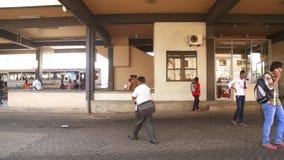 GALLE, SRI LANKA - MARZO 2014: La gente all'autostazione a Galle Galle è la capitale amministrativa della provincia del sud, Sri  video d archivio