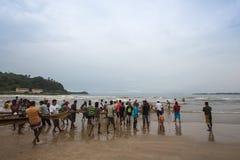 Galle, Sri Lanka - 19. Oktober 2013: Fischer kommen vom Fischen zurück Lizenzfreie Stockfotos