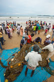 Galle Sri Lanka - Oktober 19, 2013: Fiskare är kommande baksida från fiske Royaltyfri Bild