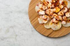 gallega pulpo Λα Της Γαλικίας χταπόδι στο μάρμαρο Χαρακτηριστικά ισπανικά τρόφιμα Στοκ εικόνα με δικαίωμα ελεύθερης χρήσης