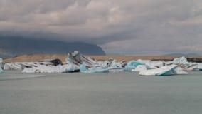 Galleggiamento blu degli iceberg Fotografie Stock Libere da Diritti