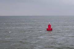 Galleggiamento bouy rosso nel mare Immagini Stock Libere da Diritti