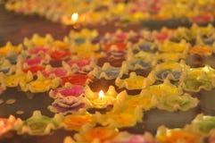 Galleggiamento bruciante delle candele del fiore di loto Fotografie Stock Libere da Diritti