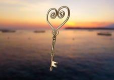 galleggiamento chiave del cuore 3D sopra il mare Immagine Stock Libera da Diritti