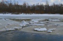 Galleggiamento del ghiaccio sul fiume Fotografia Stock