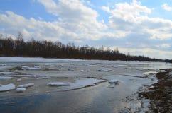 Galleggiamento del ghiaccio sul fiume Immagine Stock Libera da Diritti