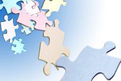 Galleggiamento delle parti di puzzle fotografia stock libera da diritti