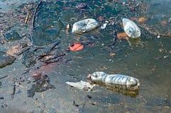 Galleggiamento residuo sulla superficie dell'acqua Immagini Stock Libere da Diritti