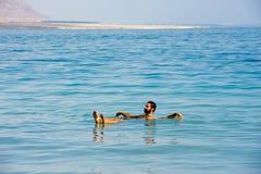 Galleggiando nel mar Morto Fotografie Stock Libere da Diritti