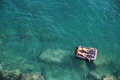Galleggiando nel mare Immagine Stock