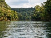 Galleggiando sul fiume fotografia stock
