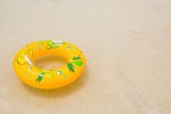 Galleggiante arancio dello stagno, anello dello stagno sulla spiaggia immagine stock