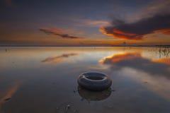 Galleggiante con la riflessione durante l'alba di estate alla spiaggia di Terengganu Immagini Stock Libere da Diritti