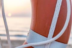 Galleggiante del bagnino ed il sole su una spiaggia Mediterranea Fotografia Stock Libera da Diritti