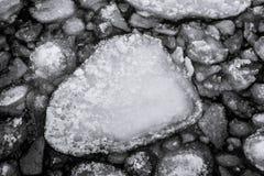 Galleggiante del ghiaccio del pancake sull'acqua fredda di lago Michigan fotografie stock