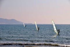 galleggiante della vela di 3 yacht nel mare Fotografia Stock Libera da Diritti