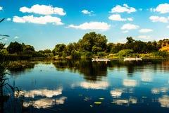 Galleggiante delle nuvole nel fiume Fotografia Stock Libera da Diritti
