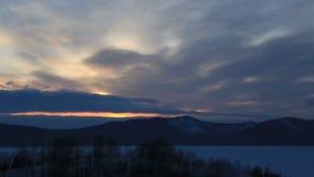 Galleggiante delle nuvole sopra il lago Shchuchye al tramonto Tempo stock footage