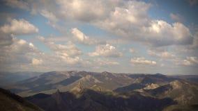 Galleggiante delle nuvole sopra le montagne stock footage
