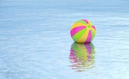 Galleggiante di beach ball sul fondo dell'acqua Fotografia Stock Libera da Diritti