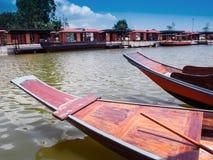 Galleggiante di legno della barca nel chanel fotografia stock libera da diritti