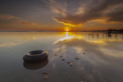 Galleggiante di mattina con la riflessione durante l'alba di estate alla spiaggia di Terengganu Fotografia Stock Libera da Diritti