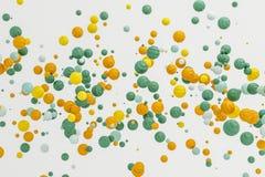Galleggiante moderno dell'oggetto di forma del fondo arancio pastello astratto dentro Immagini Stock Libere da Diritti