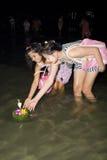 Galleggiante tailandese della gente su acqua piccole zattere (Krathong Fotografie Stock
