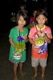 Galleggiante tailandese della gente su acqua piccole zattere (Krathong Fotografia Stock Libera da Diritti