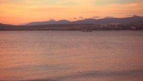 Galleggianti bianchi della barca, paesaggio maestoso intorno archivi video