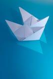 Galleggianti del documento del giocattolo delle navi fotografia stock libera da diritti