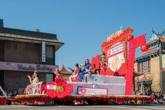 Galleggianti della città di sig.na China del Goldern famoso Dragon Parade a immagini stock libere da diritti