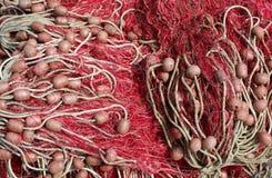 Galleggianti e reti da pesca usati dai pescatori sugli alti mari Fotografie Stock
