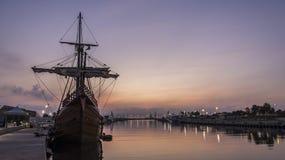 Galleon в порте стоковые фотографии rf