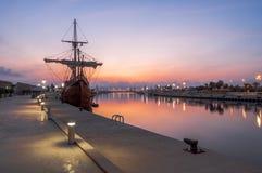 Galleon в порте стоковые изображения