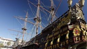 Galleon Нептуна поставленное на якорь в порте сток-видео