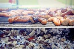 Galler grillad korv på picknicken som flammar gallret arkivfoton