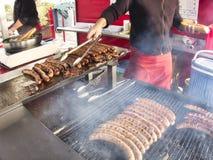 Galler som steker grillfestkorvar för nytt kött, lager för BBQ-picknicksmörgås royaltyfria foton