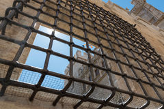 Gallerförsett fönster av en kloster i Valencia, Spanien Royaltyfria Bilder